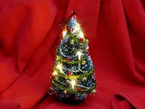 Weihnachtsbaum mit Beleuchtung  geschmückten in rot/gold