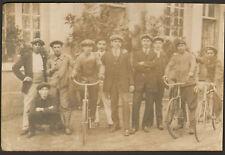 CARTE PHOTO GROUPE D' HOMMES DONT CYCLISTES VELO
