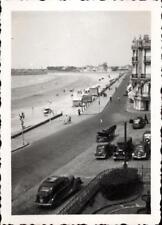 snapshot vue plage animée avec anciennes voitures calèche chevaux à déterminer