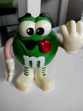 M&Ms Figur Green  Streckt die Zuge raus