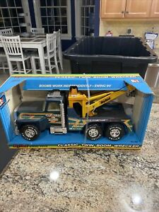 STEEL PRESSED  NYLINT WRECKER TOW AND RECOVERY TRUCK GREEN  IN ORIGINAL  BOX