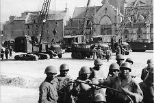 WW2 - Photo-carte 15x21 - Troupes et matériels US à Cherbourg le 18 juillet 1944