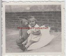 (F8879) Orig. Foto Erfurt, Kind Rosemarie spielt mit Schaukel-Schwan u. Bär, 193