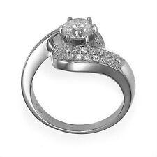 Solitär Ring aus Weißgold mit Akzent Diamanten