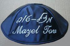 Kippah Raso Blu Navy con Mazel Tov in EBRAICO e in inglese, ideale per matrimonio