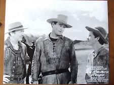 JOHN WAYNE PHOTO EXPLOITATION LOBBY CARD LA RIVIERE ROUGE DE RAOUL WALSH