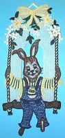 Plauener Spitze gr. Fensterbild Schaukel-Hase mehrfarbig 17 x 39 cm Eier Ostern