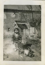 PHOTO ANCIENNE - VINTAGE SNAPSHOT - ENFANT JARDIN BROUETTE PLANTE - CHILD GARDEN