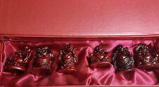 Joyeux Mini Budhas Ensemble De 6 En Un Beau Satin Rouge Fond Rouge Présentoir