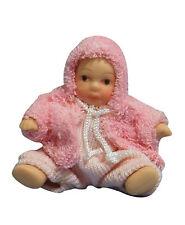 1; 12 Escala Bebé Casa de muñecas en miniatura accesorios chica en un traje Mameluco Rosa 127