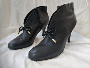 Hot in Hollywood black soft leather booties shooties bow gold stiletto sz 9M EUC