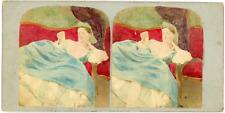 Stéréo, une femme sur son divan, regarde son collier Vintage stereo card - Tir