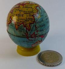 un petit globe terrestre ancien tôle et litho et taille crayon