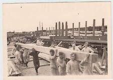 (F16733) Orig. Foto Männer schleppen Holzbalken, Bahnhof vor 1945