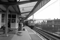 PHOTO  PICCADILLY RAILWAY STATION MANCHESTER 1990 AT PLATFORM 14 A CLASS 304 UNI