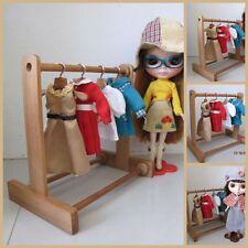 """Legno fatto a mano in legno Blythe Doll Clothes Rack Display (8.5""""x9"""") e 6 Grucce Set"""