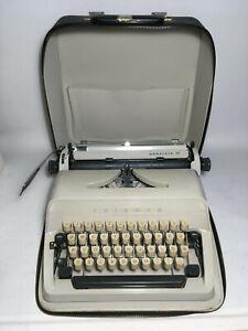 alte mechanische Schreibmaschine Triumph Adler Gabriele 10 im Koffer