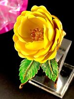RARE 1964 CROWN TRIFARI GOLD-TONE YELLOW ENAMEL DIMENSIONAL FLOWER PETAL BROOCH