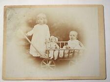 2 Kinder mit Puppe und Bollerwagen - Mädchen & Baby - Portrait / KAB