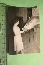 tolles altes Foto - Frau füttert Pferd