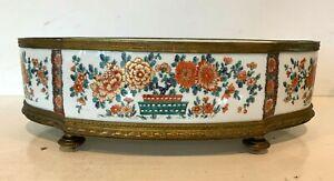 Jardinière en porcelaine a décor japonisant Socle et cerclage en laiton doré