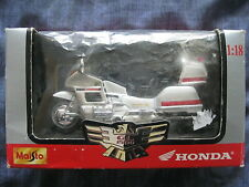 MAISTO HONDA GOLDWING MOTORCYCLE ON STAND. 1.18 scale. EAN: 090159390596.