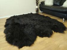 Tapis en fausse fourrure et peaux noires pour le salon