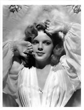 JUDY GARLAND! BW PHOTO! NICE PHOTO! VERY YOUNG! SHE LOOKS SUPER GREAT! F1