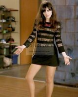 "ZOOEY DESCHANEL IN THE TV SERIES ""NEW GIRL"" - 8X10 PUBLICITY PHOTO (MW365)"