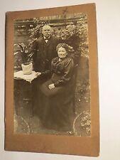 altes Paar im Garten mit Blumen - benannt: Hofinger ? / KAB