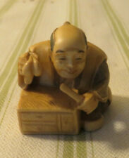 ANTIQUE JAPANESE OLD SEATED MAN WORKING NETSUKE TEA STAINED