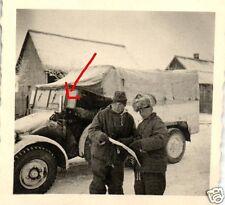 15005/ Originalfoto 6x6cm, Soldat mit Fellmütze vor Krupp-Protze, Russsland