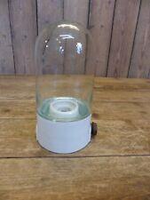kleine alte Glaskolben Keller Lampe mit Porzellan Sockel im Industrie Design
