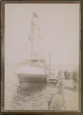 France, Passagers montant dans un bateau à quai, ca.1900, Vintage citrate print
