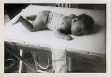 PHOTO ANCIENNE - VINTAGE SNAPSHOT - ENFANT BÉBÉ CHANGE TABLE REPOS DRÔLE - BABY