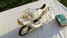 Ancien jouet, moto de police en tôle et plastique à friction. Longueur : 28 cm.