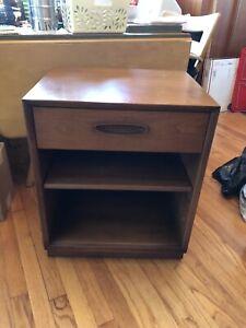 Henredon Furniture Mid Century Modern 'Circa 60' Design Walnut Night Stand Table