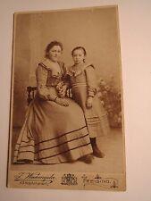 Freising - sitzende Frau im Reifrock und stehendes Mädchen im Kleid / CDV