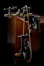 Uhrmacher Drehbank mit Schwungrad und Schraubstock.