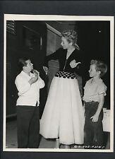 EVELYN KEYES + BILLY CURTIS + JIMMY HUNT - 1948 CANDID DBLWT BY JOE WALTERS