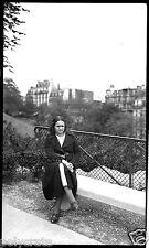 Portrait femme assise banc Paris Montmartre - négatif ancien an. 1930