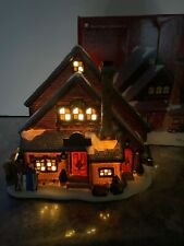 St Nicholas Square Ski Chalet Lodge Cabin Lighted House Village Wreath 2004 Mib