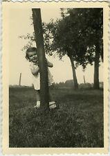 PHOTO ANCIENNE - ENFANT JEU CACHE CACHE ARBRE RIRE -CHILD FUNNY-Vintage Snapshot