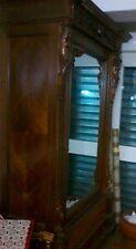 Armadio antico con anta a specchio, due cassetti e notevoli sculture