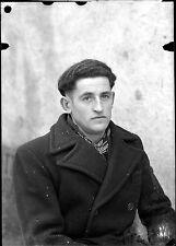 J Homme assis manteau écharpe  - négatif photo identité ancien an. 1940 negative