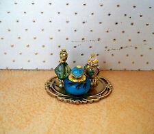 1:12  Miniatur Parfüm Flakons auf goldfabenem Tablett (024)