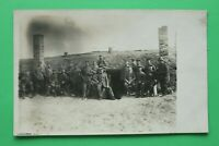Foto AK Soldaten vor Bunker Unterstand 1914-18 Stahlhelm Kamine Uniformen 1.WK