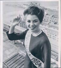 1963 Press Photo MIss America Donna Axum Wears Crown on Roof Atlantic City