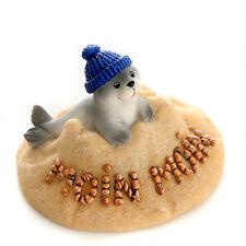 Seehund mit Mütze auf Sanddüne Moin Moin