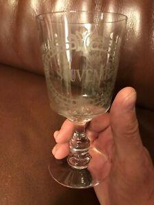 """Un verre à vin gravé en cristal (Baccarat ?) Marqué """"Souvenir"""""""